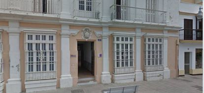 El número 185 de la calle Real, en San Fernando (Cádiz), donde vivía Manoli B. B., la mujer asesinada por su pareja.