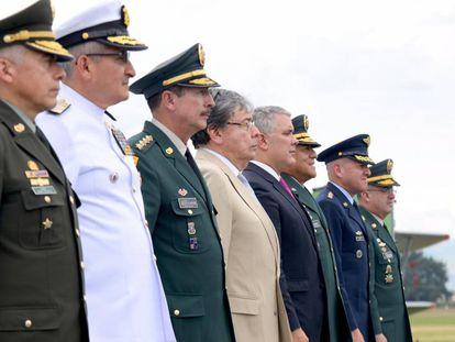 El presidente Iván Duque (centro) junto a la cúpula militar, en diciembre pasado. A su lado, el ministro de Defensa, Carlos Holmes Trujillo.