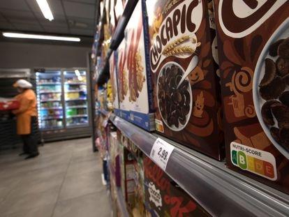 Unos cereales con chocolate y azúcar con etiqueta Nutri-Score B, en un supermercado de Madrid.
