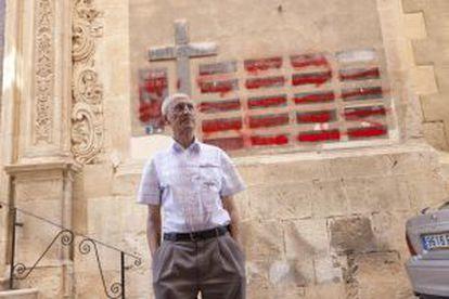 José Gallego, un grafitero de 72 años, destroza símbolos de la dictadura franquista en Aspe