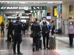 Agentes de la Policía Nacional realizan un control de movilidad en la estación de tren Chamartín, en Madrid (España), a 30 de octubre. El control se produce horas después de que se hiciera efectivo un nuevo decreto de la Comunidad de Madrid por el que la misma quedaba cerrada perimetralmente entre las 00.00 horas de este viernes y las 00.00 horas del martes, 3 de noviembre. 30 OCTUBRE 2020;CHAMARTIN;POLICIA NACIONAL;CORONAVIRUS Marta Fernández / Europa Press   (Foto de ARCHIVO) 30/10/2020 Marta Fernández Jara / Europa Press   (Foto de ARCHIVO) 30/10/2020