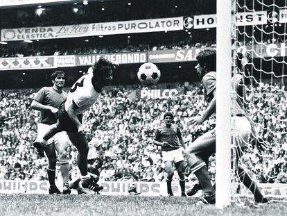 Gerd Müller marca el 3-3 a Italia en la prórroga de la semifinal del Mundial de 1970 en el estadio Azteca de México.