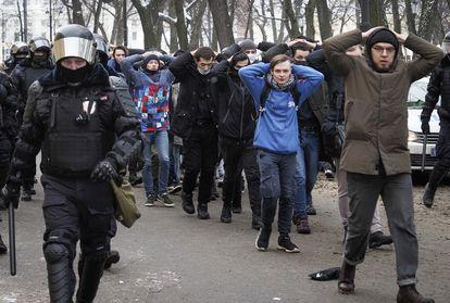 La policía detiene a partidarios de Navalni en una manifestación en apoyo al opositor, el 31 de enero en San Petersburgo.