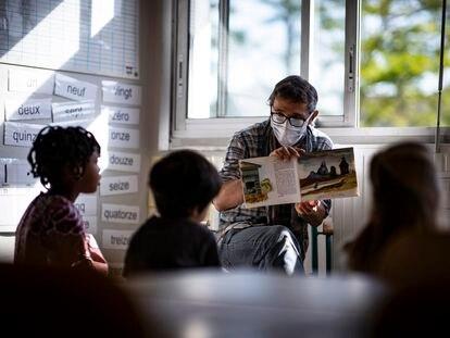 Un grupo de niños sigue una clase con medidas de distancia social en un colegio de Montreuil, el 25 de mayo.