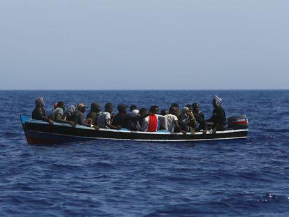 Un grupo de migrantes a la deriva en una patera frente a las costas de Libia, el 1 de agosto.
