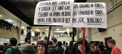 Cacerolada en la Facultad de Geografía contra las capillas universitarias, en 2011.