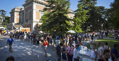 Decenas de visitantes hacen cola ante el Museo del Prado.