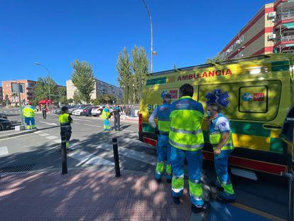 Efectivos del Summa y de la Policía Local, en el lugar del atropello, en la avenida de Aragón de Getafe.