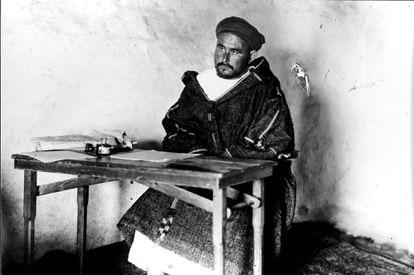 El líder rifeño Abd-el-Krim, fotografiado por Alfonso el 1 de agosto de 1922, en su casa de Axdir (Marruecos).