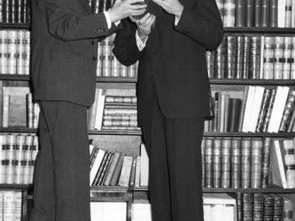 Ramón Menéndez Pidal muestra al actor Charlton Heston documentación sobre el Cid, en 1961 en Madrid.