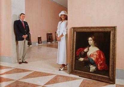 El barón y su esposa, Carmen Cervera, posan el 1 de enero de 1992 en una de las salas del Museo Thyssen-Bornemisza, meses antes de la inauguración.