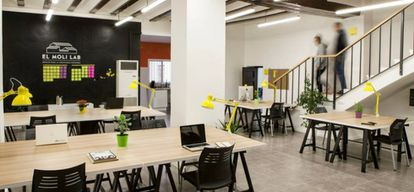 Este espacio tiene varias salas de reuniones, zonas de descanso, parking de coches y bicis, terrazas y jardín.
