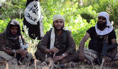 Vídeo  quemuestra a Abu Muthanna al Yemeni (centro), cuyo nombre real es Nasser Muthana, de 20 años y originario de Cardiff (Reino Unido).