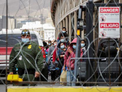 Migrantes en busca de asilo de Centroamérica, que fueron transportados en avión desde Brownsville a El Paso, Texas.