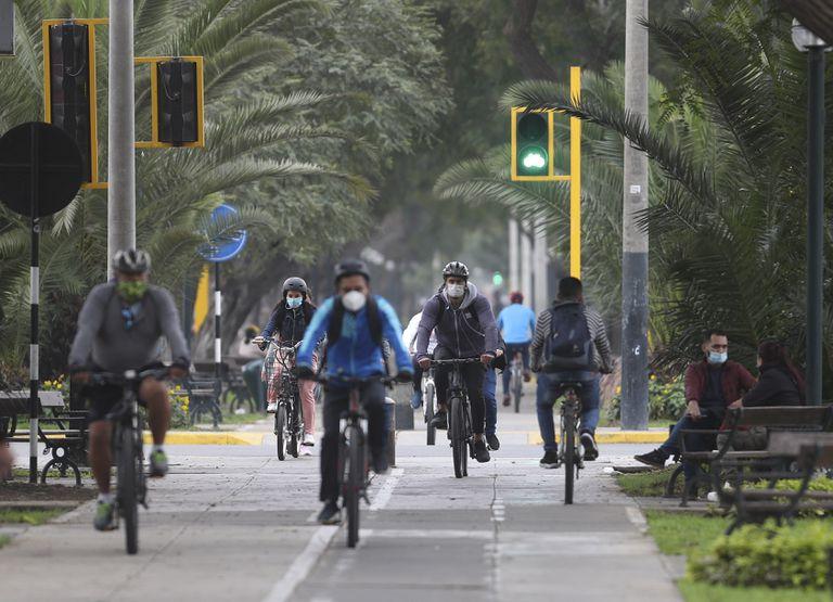 Ciclistas pasean por el distrito de Miraflores, en Lima (Perú), este viernes.