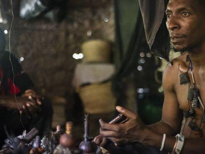 Un curandero de la región de Morogo, en Tanzania, en julio de 2016