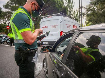 Un policía durante una prueba de consumo de drogas y alcohol el pasado 16 de junio, en Pozuelo de Alarcón, Madrid.