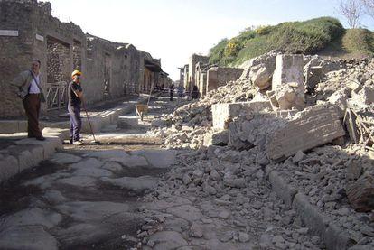 Un par de operarios en el lugar donde se produjo el derrumbamiento de la Casa de los Gladiadores, en la ciudad antigua de Pompeya.