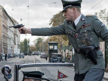 El atentado a Heydrich en un fotograma de 'El hombre del corazón de hierro'