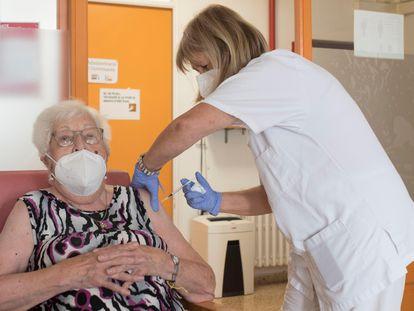 Una usuaria de una residencia en Mahón recibe la tercera dosis de la vacuna contra la covid-19, el 23 de septiembre.
