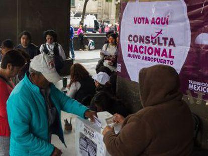 La polémica consulta de López Obrador acaba con el proyecto estrella de Peña Nieto