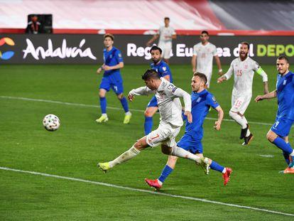 Morata marca el primer gol del partido ante Grecia este jueves en Los Cármenes.
