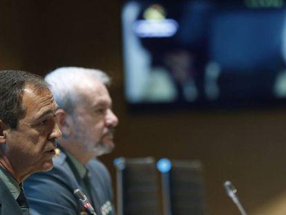 El coronel jefe de la Comandancia de la Guardia Civil de Huelva, Ezequiel Romero, a la izquierda, y el teniente coronel de la Unidad Central Operativa (UCO) Jesús García Fustel, durante la rueda de prensa.