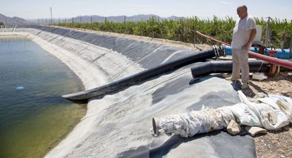 Un agricultor, ante un depósito para riego en Alicante.