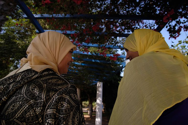 Dos mujeres marroquíes, trabajadoras del servicio doméstico, hablan en un parque de la ciudad de Melilla, el pasado mes de septiembre.
