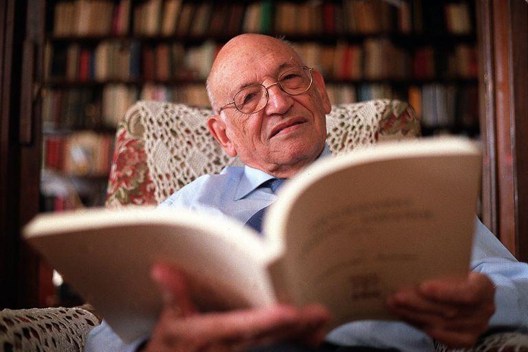 Francisco Rodríguez Adrados con el sexto tomo del Diccionario griego- español, cuya edición dirigía, en 2010.