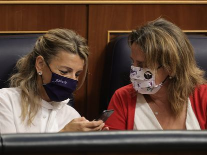 Las vicepresidentas Yolanda Díaz y Teresa Ribera, este jueves en el Congreso de los Diputados.