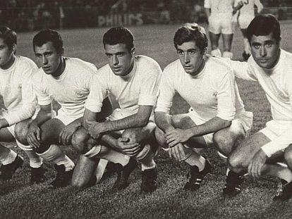 La delantera que hizo saltar el cerrojo de la Real: Miguel Pérez, Amancio, Grosso, Velázquez y Bueno.