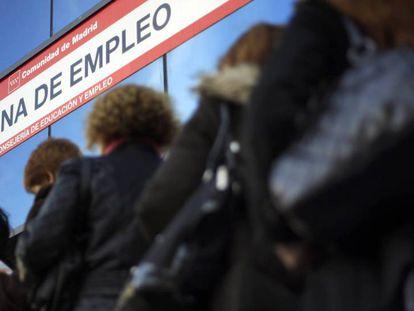 Cola en una oficina de desempleo en Madrid.