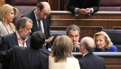 Zapatero, rodeado de diputados en agosto de 2011 en el pleno en el que se aprobó la reforma constitucional del artículo 135.