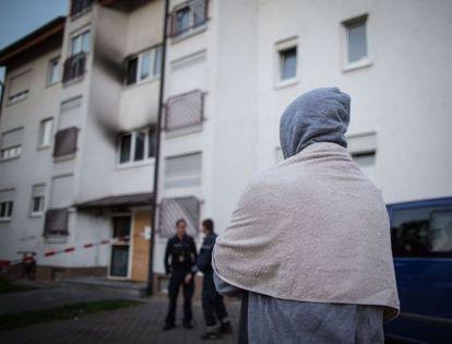 Un solicitante de asilo, ayer frente al refugio que sufrió un ataque en Heppenheim (Alemania).