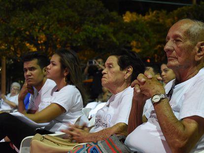 Familiares durante un acto por los 20 años de la desaparición de siete funcionarios de la fiscalía de Colombia, en Valledupar.