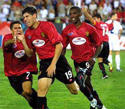 """<font size=""""2""""><b>El Mallorca abre la puerta grande</font></b><br>Carlos, Luque y Eto'o celebran el segundo gol del Mallorca. <br>"""