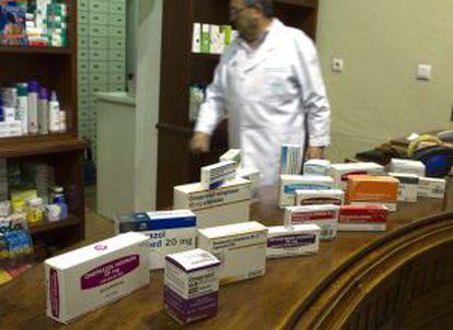 Muestras de medicamentos por principio activo en una farmacia de Sevilla.