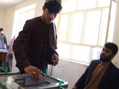 Un afgano vota durante las elecciones parlamentarias, el sábado en Helmand.