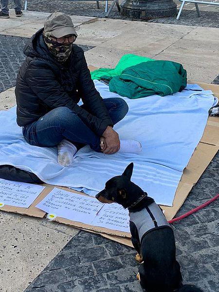 Daniel, junto a su perro Atila, ha iniciado una huelga de hambre delante de la Generalitat, donde duerme.