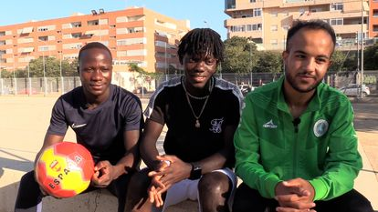 De dcha. a izq. Cece Moussa, Amadou Sara Bah y Mahmmoud Ahmed, miembros del equipo de fútbol de CEAR Alicante.