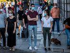 DVD 1000 (06-05-20) Reportaje sobre cosas que hacemos mal en la fase 0 de la desescalada por el coronavirus, en Madrid. Varias personas esperan en un semaforo en la calle Bailen. Foto Samuel Sanchez
