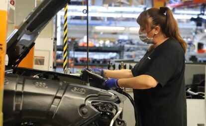 Una trabajadora de la planta de Seat en Martorell en septiembre de 2020.