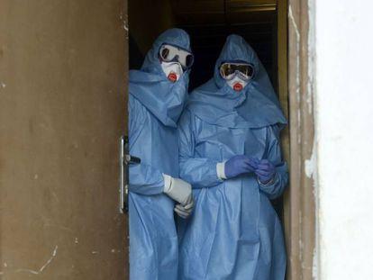 Dos médicos vestidos con trajes de aislamiento, en el Hospital de Enseñanza Especialista de Irrua, en Nigeria.
