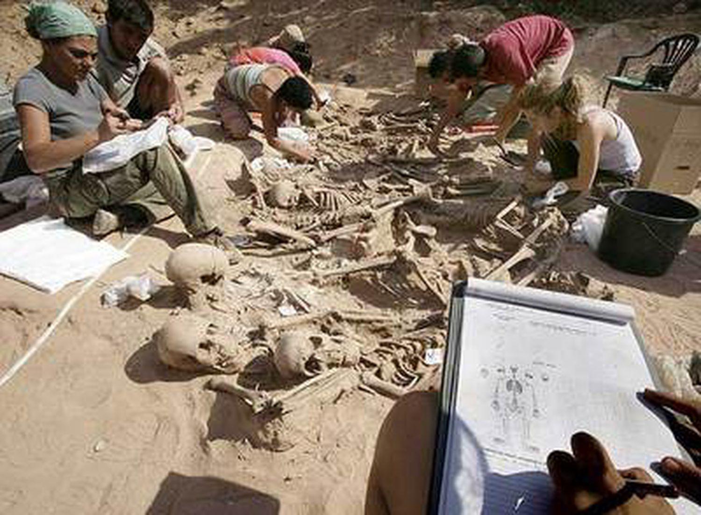Exhumación de una fosa en Lerma (Burgos) dirigida por el médico forense Francisco Etxeberria en 2006.
