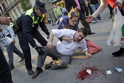 El transeúnte herido en el ojo izquierdo, caído en el suelo tras recibir el disparo de un policía municipal en la Puerta del Sol.