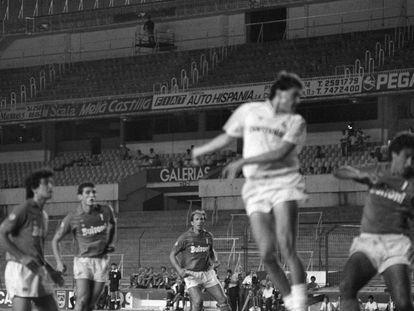 Gordillo cabecea durante un Madrid-Nápoles a puerta cerrada en el Bernabéu, en 1987.