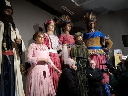 El artista reusense Aureli Ruiz (derecha) con los gigantes originales durante el rodaje del documental.