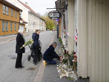 Varias personas dejan flores este lunes frente al estudio y la casa de la artista Hanne Englund, una de las víctimas de Kongsberg.