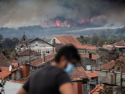 Vista del incendio forestal en Cualedro (Ourense), este lunes.